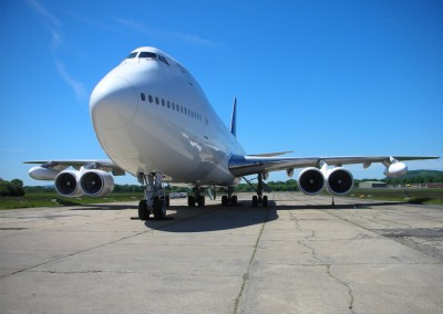 Boeing 747 exterior front